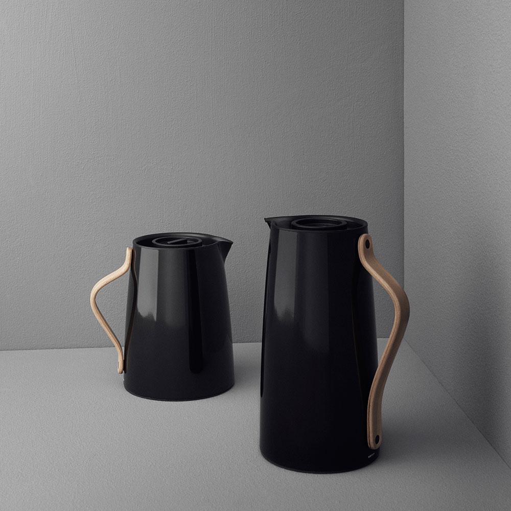 emma termoskanna kaffe 1 2 l svart holmb cknordentoft stelton. Black Bedroom Furniture Sets. Home Design Ideas